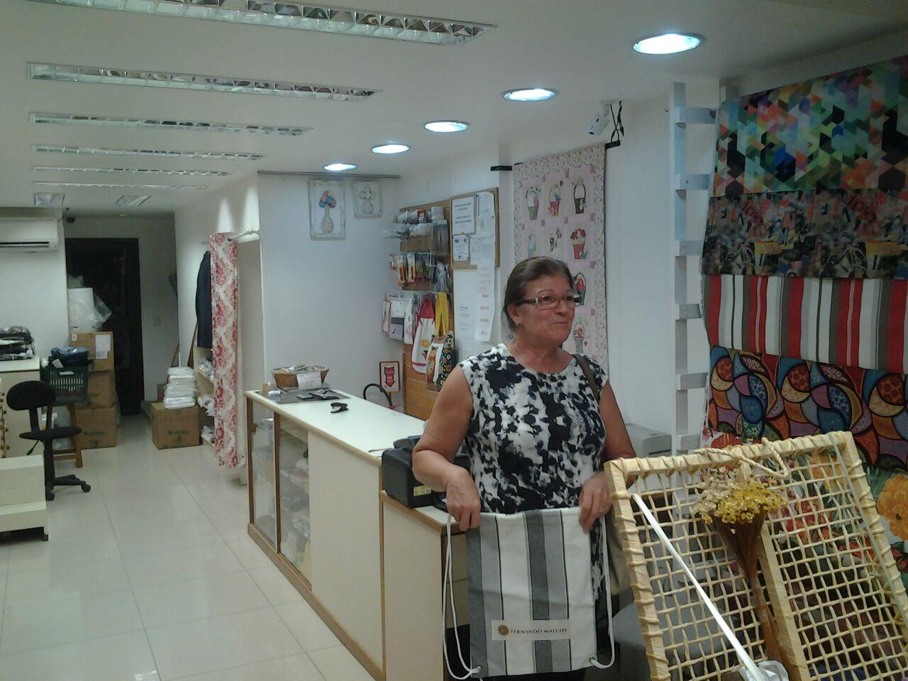 Margarida Exibindo Adesivo Maluhy - Casa Criativa do Recreio
