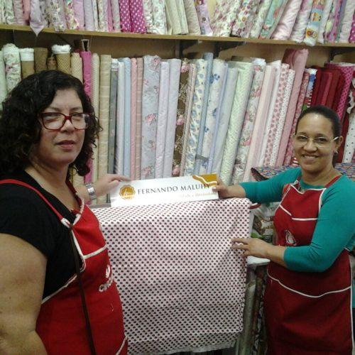 Márcia e Belinha com adesivo Maluhy - Loja Pirapetin de Barra Mansa