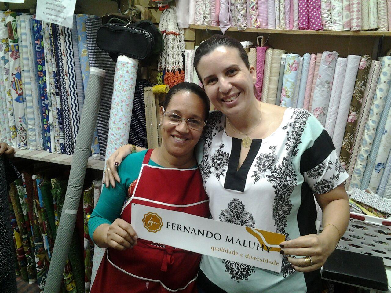 Belinha e Viviane com adesivo Maluhy - Loja Pirapetin de Barra Mansa